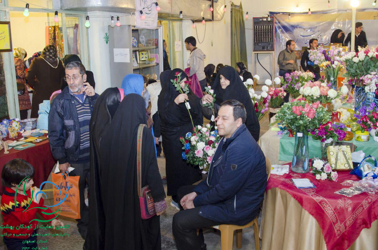 حضور خیرین گرامی و مردم همراه در بازارچه